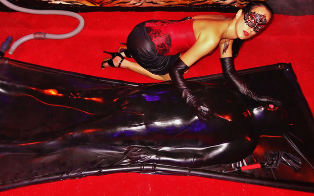 Birmingham-Mistress-Pandora–Latex-Vacuum-Bed-Sessions